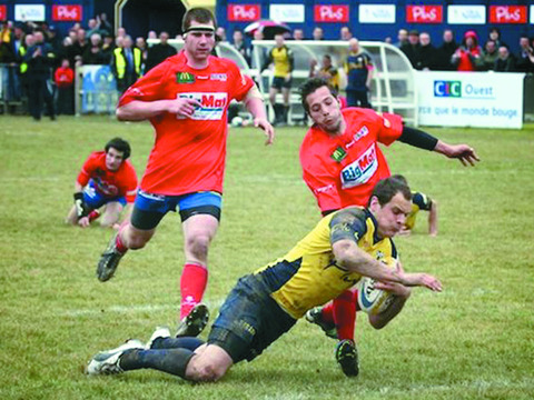 Ed Carne goes over for a try for his French club Union Sportive Olympique Nivernaise (USON)